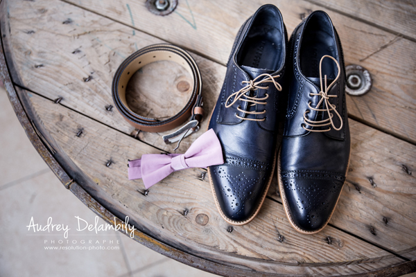 Photo illustrant les accessoires d'un futur marié lors des préparatifs de mariage, chaussures, noeud papillon et ceinture.