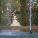 couple-mariage-amoureux-domaine-essendieras-dordogne-bisous-robe-audrey-delambily-photographe-jet-eau