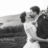 couple-mariage-amoureux-domaine-essendieras-dordogne-bisous-robe-audrey-delambily-photographe-toulon-var